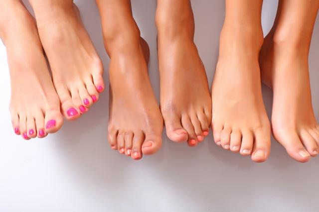 Педикюр на женских ногах